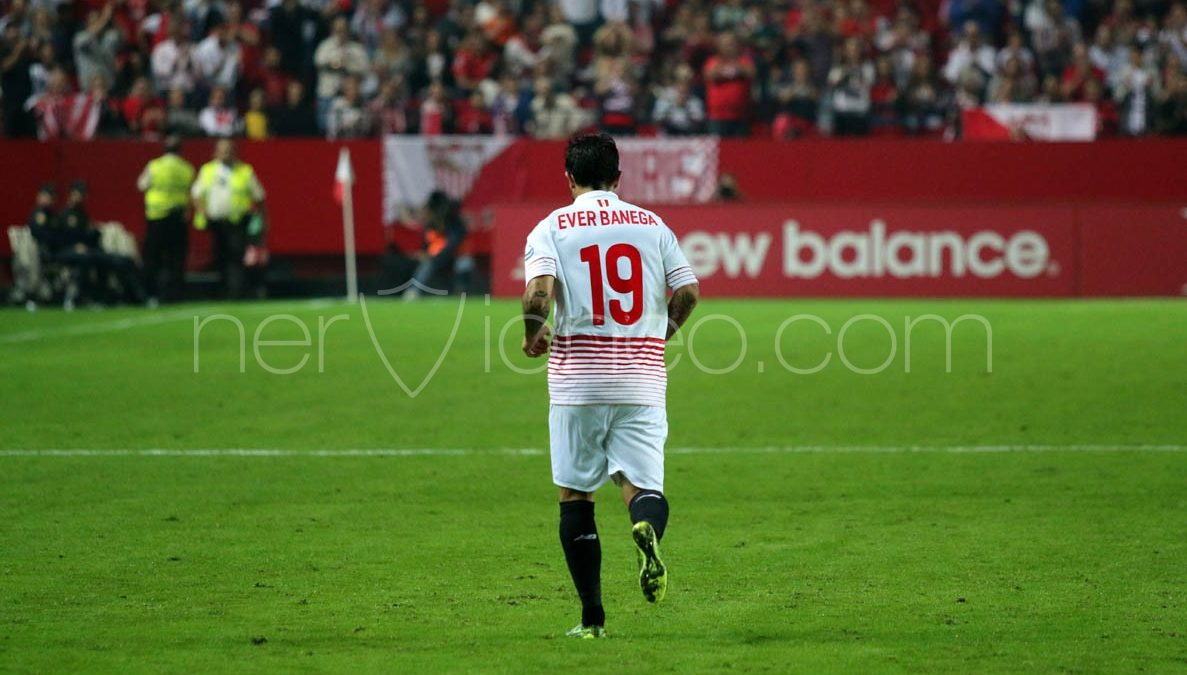 Un golpe en el tobillo podría dejar a Banega sin viajar a Villarreal