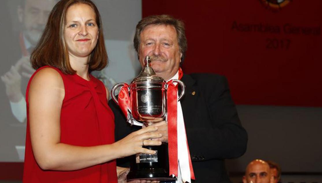 El Sevilla recogió el título de campeonas de Segunda Femenina