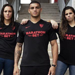 Jugador y jugadoras del Sevilla FC visten la nueva camiseta